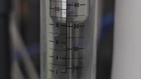 Indicadores de nível de água no processo da osmose reversa video estoque