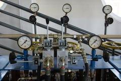 Indicadores de presión en central hidroeléctrica Fotografía de archivo