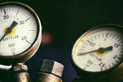 Indicadores de presión en las botellas de un azetylen Imagen de archivo