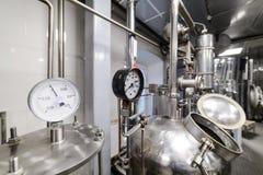 Indicadores de presión Equipo de la destilación del alcohol Fotos de archivo libres de regalías