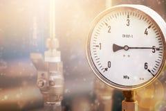 Indicadores de presión mecánicos Instrumentos tradicionales para la presión de medición Fotos de archivo libres de regalías