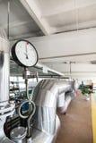Indicadores de presión mecánicos redondos en tuberías Imagenes de archivo