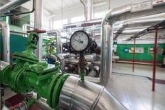 Indicadores de presión mecánicos redondos en tuberías Foto de archivo