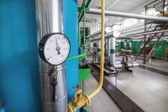 Indicadores de presión mecánicos redondos en tuberías Imágenes de archivo libres de regalías