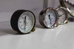 Indicadores de presión; Para la comprobación de la presión de aire Imagen de archivo libre de regalías