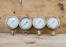 Indicadores de presión en el fondo de madera Fotografía de archivo