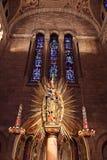 Indicadores de vidro da igreja e da mancha fotografia de stock royalty free