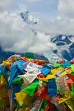 Indicadores del rezo con del meili de la nieve de la montaña la parte posterior adentro Imagenes de archivo