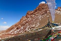Indicadores del rezo en las montañas en Namco, Tíbet Imagen de archivo libre de regalías