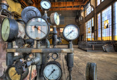 Indicadores para a medida em uma fábrica velha Fotos de Stock