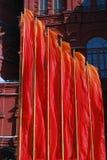 Indicadores rojos Decoración del día de la victoria por el museo histórico en Moscú Foto de archivo libre de regalías