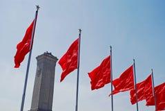 Indicadores rojos y monumento Foto de archivo libre de regalías