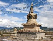 Indicadores tibetanos del rezo en un Stupa Imagen de archivo libre de regalías