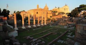 Indicadores velhos bonitos em Roma (Italy) As ruínas de Roman Forum In Historic Centre de Roma são um local do patrimônio mundial filme