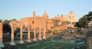 Indicadores velhos bonitos em Roma (Italy) As ruínas de Roman Forum In Historic Centre de Roma são um local do patrimônio mundial vídeos de arquivo