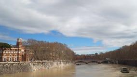 Indicadores velhos bonitos em Roma (Italy) o rio de tiber vídeos de arquivo