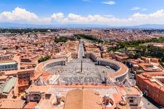 Indicadores velhos bonitos em Roma (Italy) Quadrado famoso do ` s de St Peter no Vaticano imagens de stock royalty free