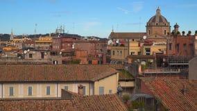 Indicadores velhos bonitos em Roma (Italy) Telhados telhados das casas na cidade vídeos de arquivo