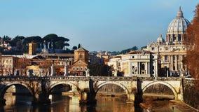 Indicadores velhos bonitos em Roma (Italy) Vista da terraplenagem da catedral do Pe do St Fotos de Stock Royalty Free
