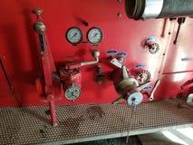 Indicadores y válvulas antiguos de la bomba del coche de bomberos fotografía de archivo