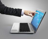 Indicando al computer portatile Immagine Stock Libera da Diritti