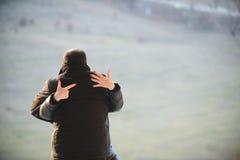 Indicando all'anello di fidanzamento Fotografia Stock