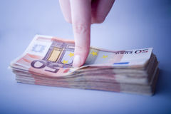 Indicando i soldi Immagini Stock