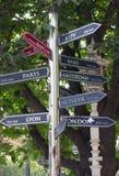 Indicando sentidos e distâncias da cidade global em Istambul Imagens de Stock Royalty Free