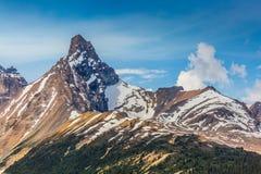 Indicando sul canadese Rocky Mountain Peak del cielo Fotografia Stock