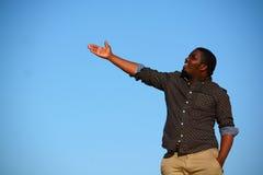 Indicare afroamericano dell'uomo Fotografia Stock Libera da Diritti