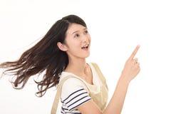 Indicare asiatico sorridente della casalinga Fotografia Stock Libera da Diritti