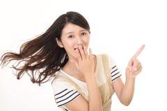 Indicare asiatico sorridente della casalinga Fotografie Stock Libere da Diritti