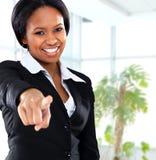 Indicare nero sorridente della donna di affari Fotografia Stock Libera da Diritti