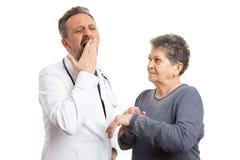 Indicare paziente al polso per medico stanco fotografie stock