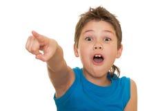 Indicare ragazzo in avanti gridante Fotografie Stock
