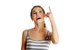 Indicare teenager caucasico femminile in su. Fotografia Stock Libera da Diritti