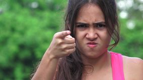 Indicare teenager femminile arrabbiato stock footage