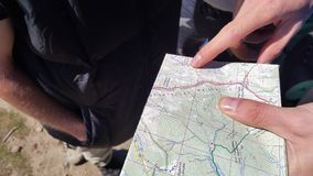 Indicates the map with your finger. Tourists dokladyvaet route Royalty Free Stock Photography