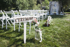 Indicateur à la cérémonie de mariage dans les bois Photos stock