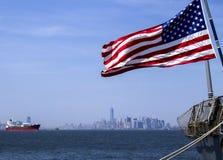 Indicateur américain au-dessus de Manhattan Image libre de droits