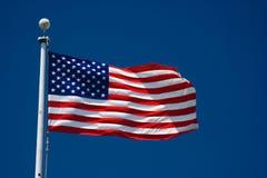 Indicateur américain et ciel bleu Photo libre de droits