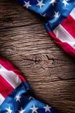 Indicateur américain Les drapeaux des Etats-Unis sur le chêne rustique embarquent ensemble diagonalement Photographie stock libre de droits