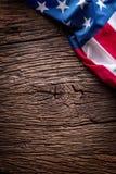 Indicateur américain Les drapeaux des Etats-Unis sur le chêne rustique embarquent ensemble diagonalement Photographie stock
