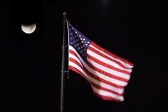 Indicateur américain soufflant dans le ciel de nuit Image stock