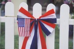 Indicateur américain sur la frontière de sécurité de piquet blanche Photos stock