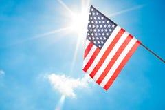 Indicateur américain sur le ciel bleu Photos stock
