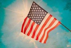 Indicateur américain sur le ciel bleu Images stock