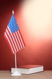Indicateur américain sur le stand et livre sur en bois Photo libre de droits