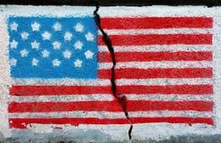 Indicateur américain sur un mur criqué Photo stock