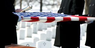 Indicateur de cimetière national d'Arlington au-dessus de cercueil Image stock